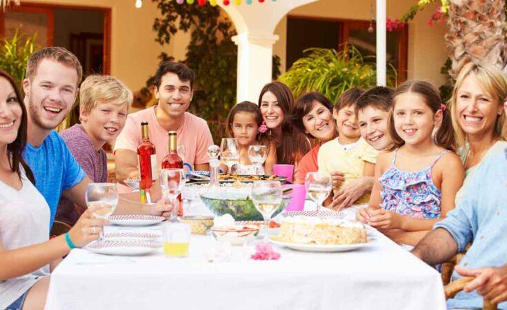 grote familie samen buiten eten